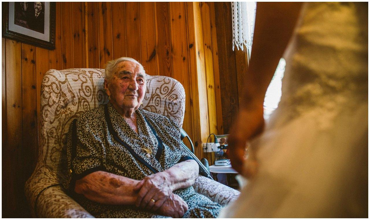 Matrimonio Hotel Sassella Grosio: la sposa e la sua nonna