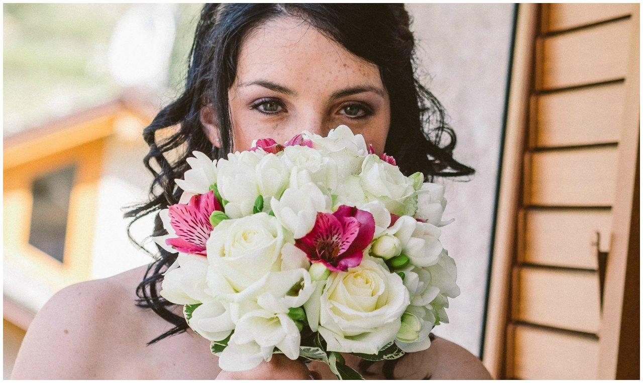 Matrimonio Hotel Sassella Grosio: la sposa con il suo bouquet