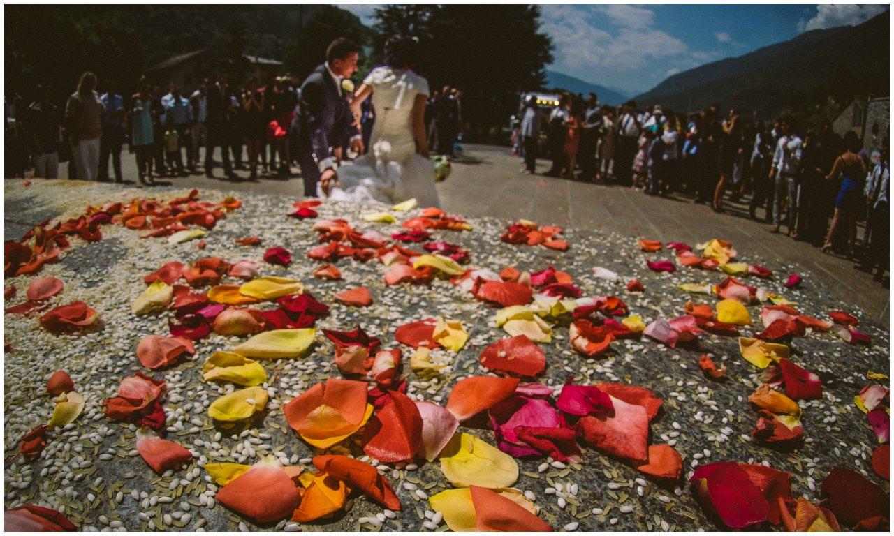 Matrimonio a Grosio Valtellina: l'uscita dalla chiesa e il lancio del riso.