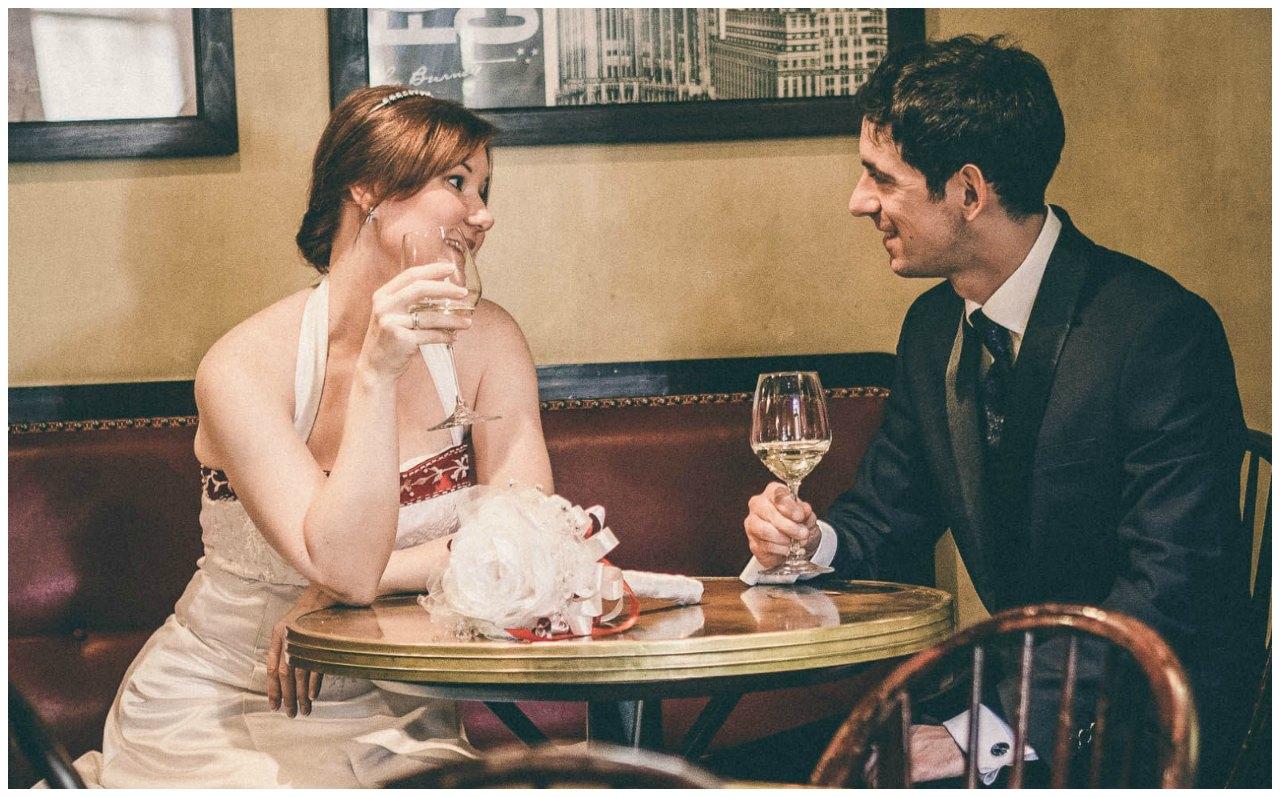 Matrimonio a Milano: gli sposi sorseggiano un drink
