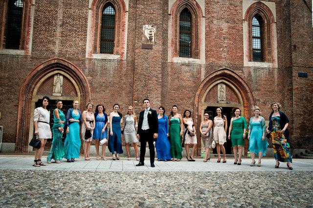 Fotografo lo sposo con le sue amiche per il matrimonio a Milano