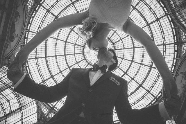 Il Fotografo di matrimonio a Milano riprende il bacio degli sposi in Galleria Vittorio Emanuele