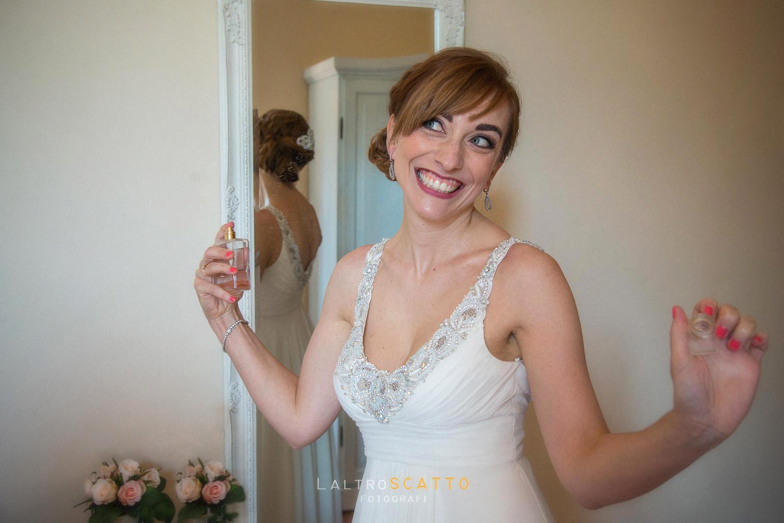 foto preparazione matrimonio: il divertimento della sposa