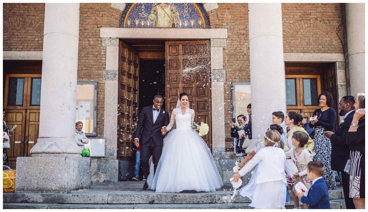 matrimonio a Bergamo: l'uscita degli sposi e il lancio del riso