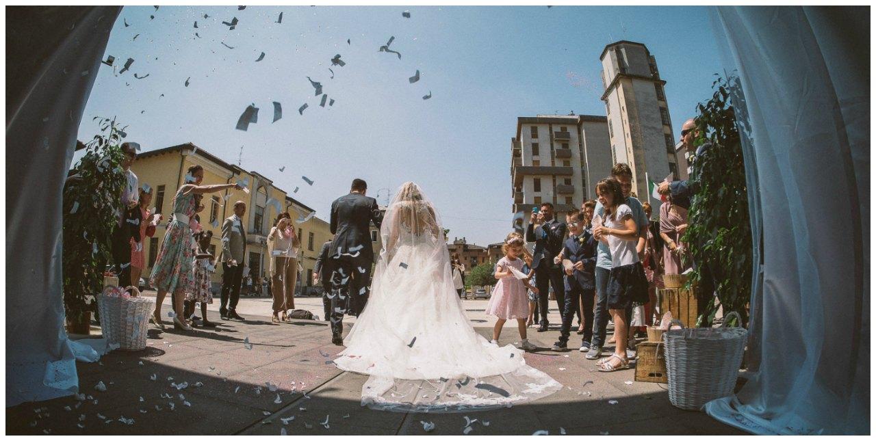 Matrimonio a Villa Canton: l'uscita dalla chiesa e il lancio del riso.