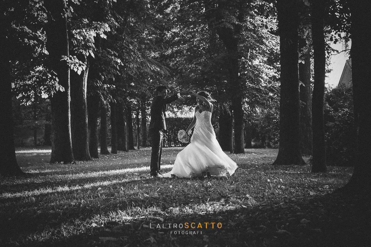 scegliere fotografo matrimonio: sposi in esterno