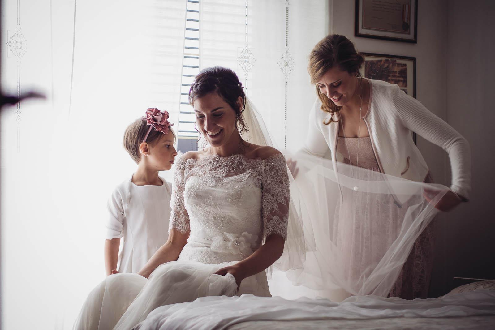 foto preparazione matrimonio: la sposa e le damigelle