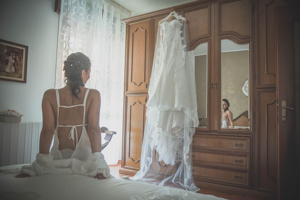 foto preparazione matrimonio: la sposa e il suo vestito