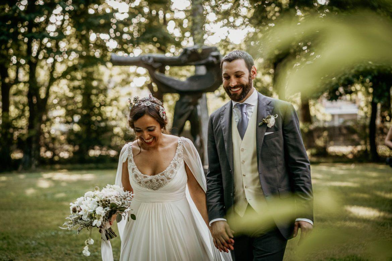 foto naturali di matrimonio: gli sposi passeggiano felici