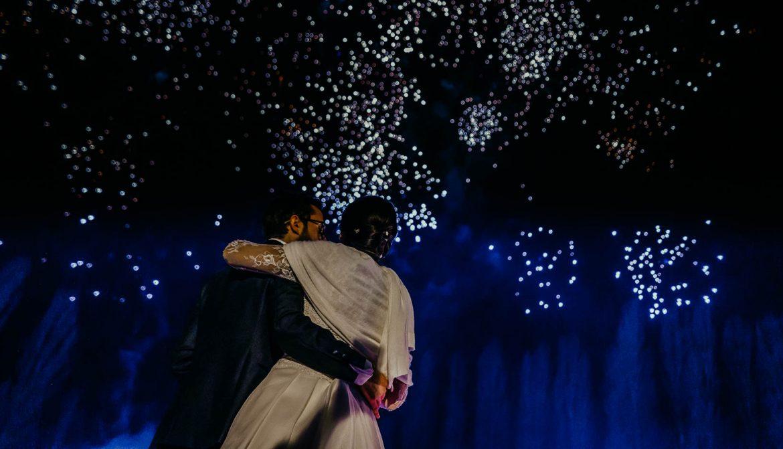 foto naturali di matrimonio: i fuochi d'artificio e gli sposi