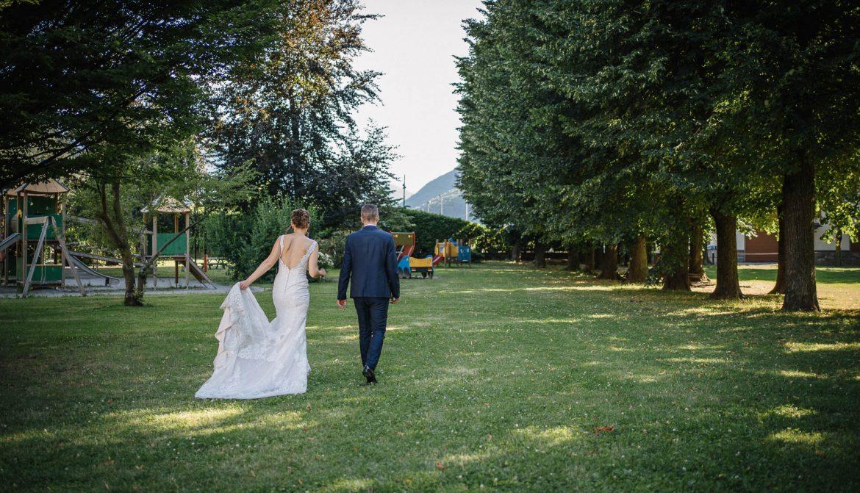 foto di matrimonio al tempo del coronavirus: la passeggiata degli sposi