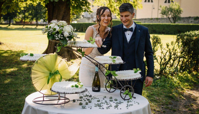foto di matrimonio al tempo del coronavirus: il taglio della torta