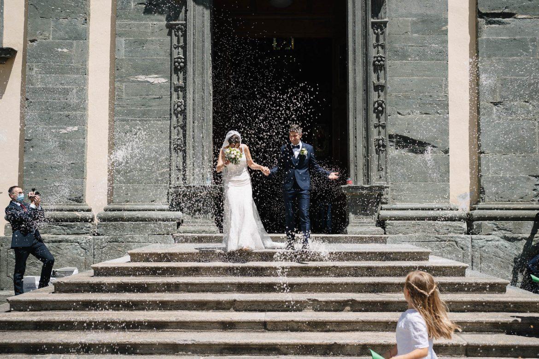 foto di matrimonio al tempo del coronavirus: il lancio del riso