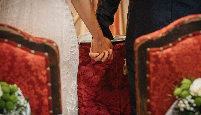 foto di matrimonio al tempo del coronavirus: gli sposi si stringono le mani