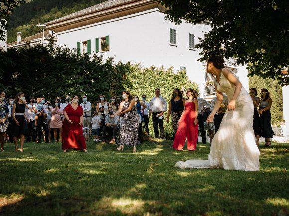 foto di matrimonio al tempo del coronavirus: il lancio del bouquet